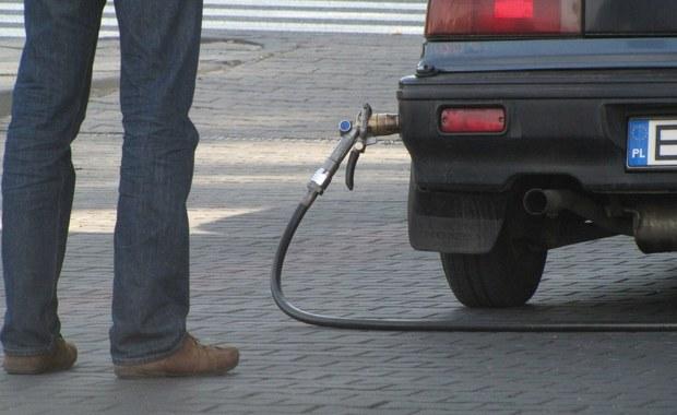 Można śmielej planować wakacyjne wyjazdy. W ostatni dzień szkoły i pierwszy dzień wakacji ceny paliw spadają. Można znaleźć stacje z cenami poniżej 4 złotych za litr.