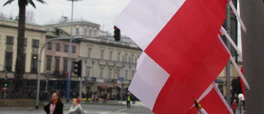 """O tym, jak śpiewać polski hymn bez błędów i prawidłowo rozumieć jego przesłanie, przypomina w swoim poradniku MSWiA. """"Śpiewając słowa 'Jeszcze Polska nie zginęła' mamy powody do dumy"""" - podkreśla szef MSWiA Mariusz Błaszczak."""
