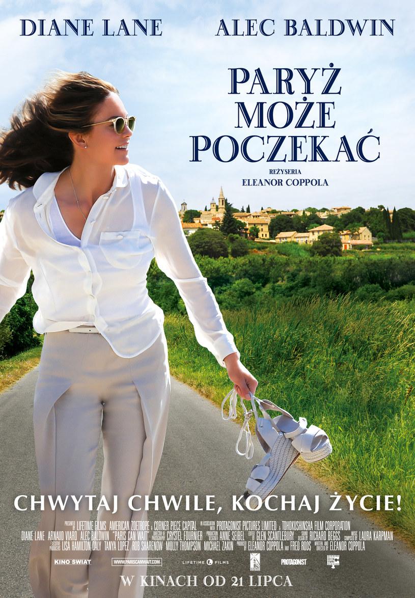 """Po pamiętnej roli w """"Pod słońcem Toskanii"""", Diane Lane powraca do filmowego klimatu, za jaki pokochały ją rzesze fanów na całym świecie. """"Paryż może poczekać"""" to komedia romantyczna, która przy pomocy niepowtarzalnych widoków i apetycznych dań uruchomi wszystkie zmysły oraz przypomni, jak w prosty sposób obudzić w sobie radość z życia."""