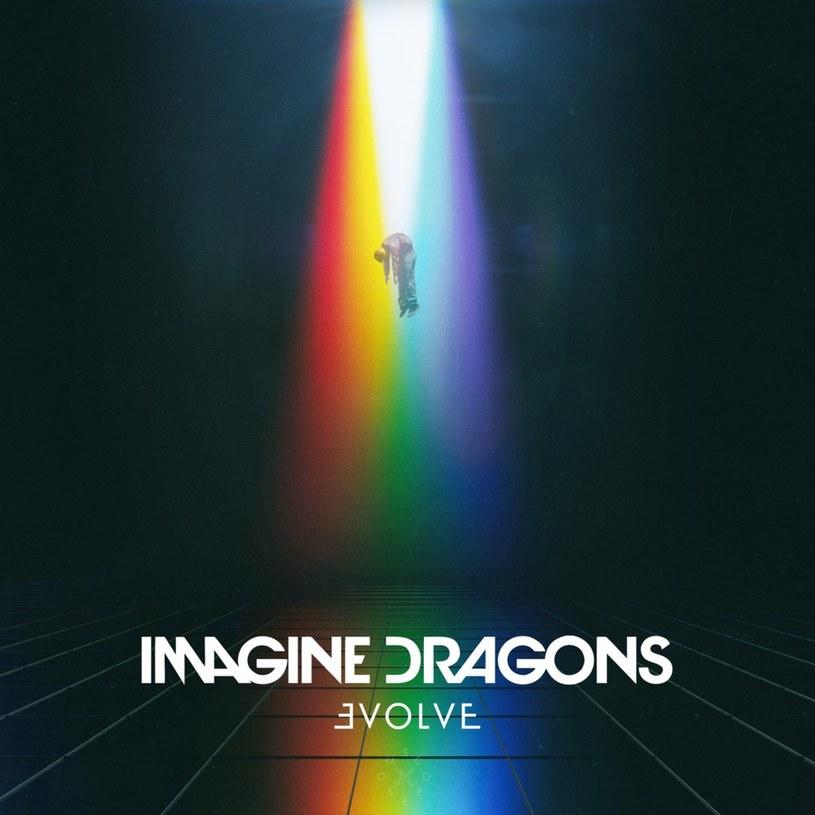 """Tytuł nowego albumu Imagine Dragons bywa mylący - ewolucji tu naprawdę niewiele. Za to wkradają się przewidywalność i mechaniczność pogrzebane przez mało dynamiczne, sterylne brzmienie. A szkoda, bo słychać, że z """"Evolve"""" można było wycisnąć o wiele więcej."""