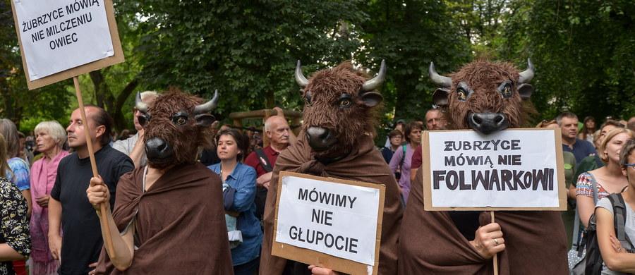 Hajnowska policja skierowała do sądu wnioski o ukaranie 17 osób, obwinionych w związku z blokowaniem ciężkiego sprzętu do wycinki w Puszczy Białowieskiej. Chodzi o wydarzenia z 8 czerwca w Czerlonce. W ocenie policji, doszło tam do naruszenia spokoju i porządku. W obronie kompleksu leśnego 24 czerwca odbył się także Marsz dla Puszczy przed Ministerstwem Środowiska w Warszawie.