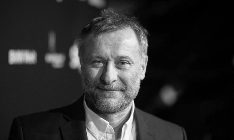 """Zmarł Michael Nyqvist, jeden z tych europejskich aktorów, którym udało się zrobić karierę w Hollywood. Ostatnio można go było oglądać m.in. w """"Johnie Wicku"""". Najbardziej znane role szwedzkiego artysty pochodzą z ekranizacji powieści z cyklu """"Millennium"""". Miał 56 lat."""