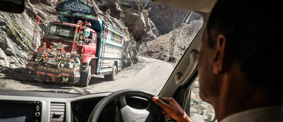 Narciarz ekstremalny Andrzej Bargiel, który zamierza jako pierwszy na świecie zjechać z drugiego szczytu świata K2, jest coraz bliżej bazy pod ośmiotysięcznikiem. Ostatni etap wyprawy do bazy znajdującej się pod szczytem odbywa się na piechotę.