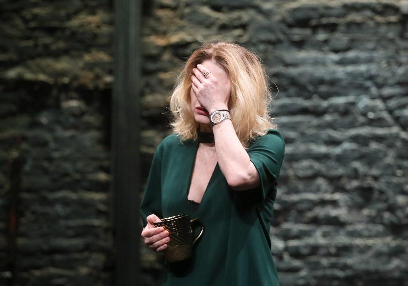"""Próba odpowiedzi na pytanie o powody radykalizowania się współczesnego świata za pomocą opowieści o konfliktach rodzinnych - premiera """"Upadania"""" autorstwa i w reżyserii Arpada Schillinga odbędzie się 30 czerwca w Teatrze Powszechnym w Warszawie."""