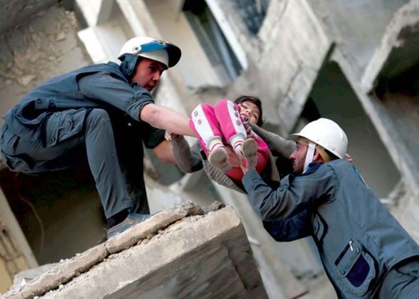 """Tym filmem szukamy wsparcia, dzięki któremu udałoby się zatrzymać wojnę w Syrii - mówił reżyser dokumentu """"Ostatni w Aleppo"""". Obraz przedstawiający pracę wolontariuszy syryjskiej organizacji Białe Hełmy wchodzi na ekrany polskich kin pod koniec czerwca."""