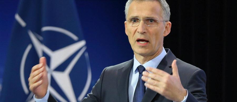 """NATO zwiększy siły w Afganistanie nie w celu wznowienia operacji bojowych, ale po to, by bardziej pomóc siłom afgańskim, które stawiają czoła talibom - oświadczył sekretarz generalny Jens Stoltenberg przed spotkaniem ministrów obrony NATO w Brukseli. """"Władze wojskowe poprosiły o kilka tysięcy dodatkowych żołnierzy"""" - powiedział Stoltenberg i przypomniał, że NATO uczestniczy w szkoleniu afgańskich sił zbrojnych w ramach misji """"Resolute Suport"""". W 2014 roku Sojusz zakończył misję bojową w tym kraju. Siły pod dowództwem NATO w Afganistanie liczą obecnie ok. 13 450 żołnierzy."""