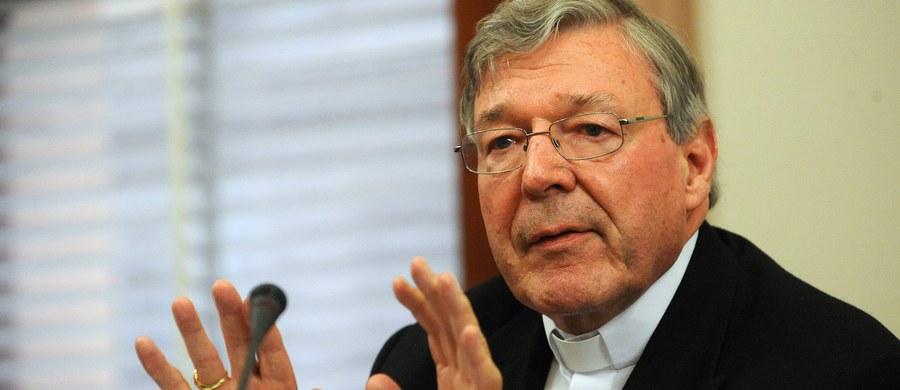 """Skarbnik Watykanu, australijski kardynał George Pell został oskarżony o dopuszczenie się napaści seksualnych - poinformowała policja stanu Wiktoria. Sprawa dostojnika """"z pewnością zachwieje najwyższymi szczeblami Watykanu"""" - ocenia agencja AP."""