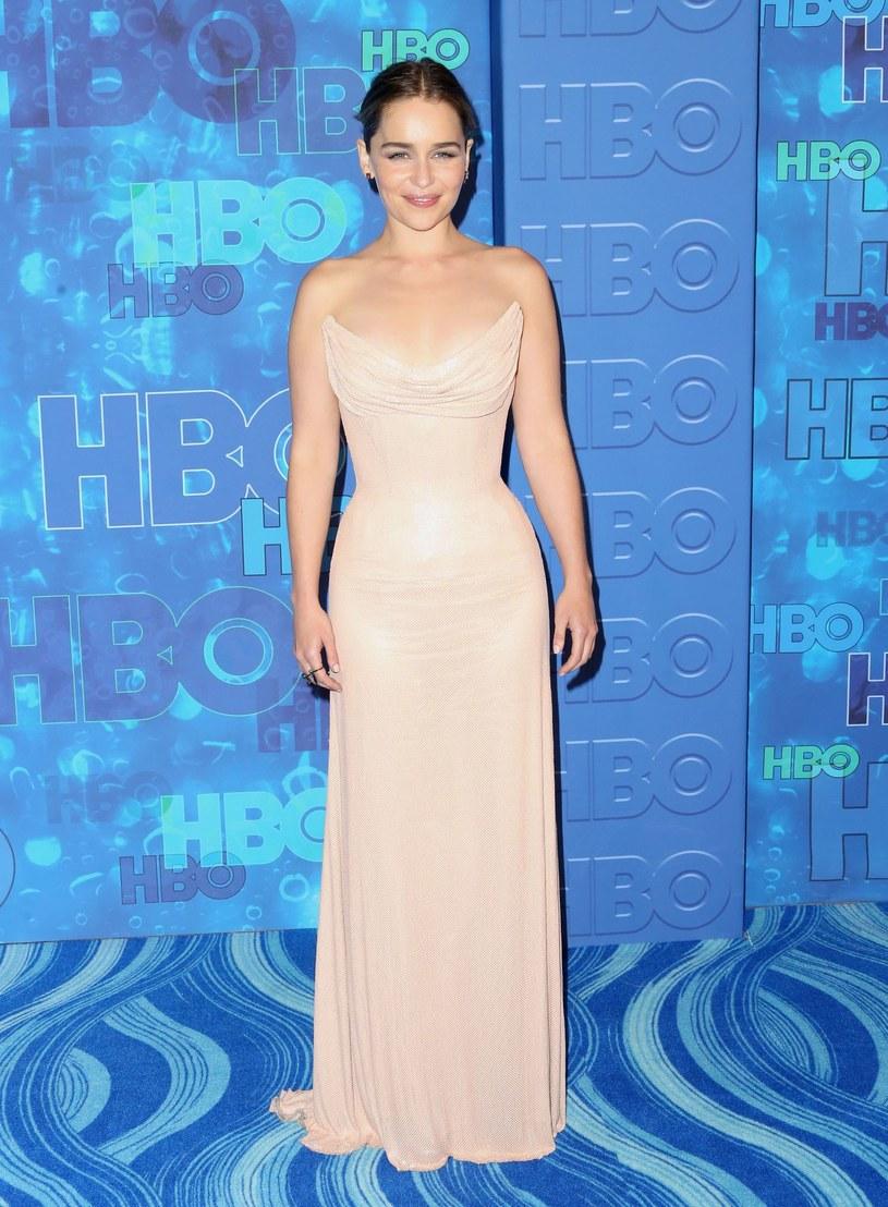 """Gwiazda serialu """"Gra o tron"""", Emilia Clarke, twierdzi, że będąc kobietą czuje się w Hollywood jak osoba """"gorszego sortu""""."""