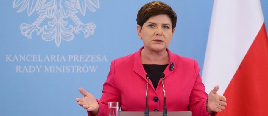 """""""Byłoby dobrze, żeby PO przestała wzywać kogokolwiek do czegokolwiek, tylko żeby rozliczyła się z tego, co działo się tutaj w Warszawie i żeby pani prezydent Warszawy miała odwagę stanąć przed komisją i rozliczyć się ze swojej polityki wobec mieszkańców"""" - powiedziała premier Beata Szydło. Dodała, że komisja weryfikacyjna ds reprywatyzacji w Warszawie """"zaczyna mieć coraz poważniejszy wymiar"""".  """"Coraz ważniejsze pojawiają się tam wątki i mam nadzieję, że będzie to komisja, która odda sprawiedliwość tym, którzy przez wiele lat byli oszukiwani przez instytucje i przez przyzwolenie prominentnych polityków, również Platformy"""" – podkreśliła."""