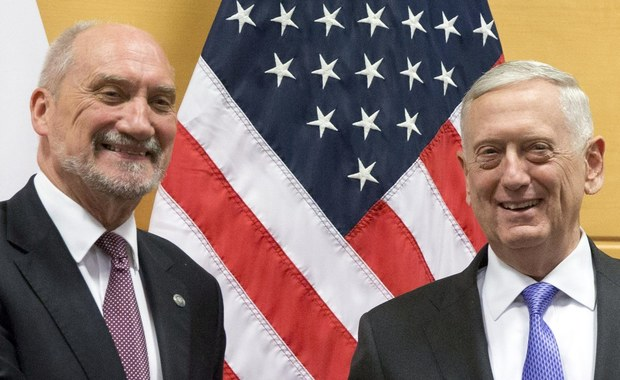 Polska i USA wypracują wspólny plan rozwoju obrony przeciwrakietowej i rakietowej. Ministrowie obrony obu krajów będą też ze sobą bezpośrednio współpracować - zapowiedział szef MON Antoni Macierewicz, który spotkał się z ministrem obrony USA Jamesem Mattisem. Macierewicz ocenił, że wśród spotkań, jakie odbył w Brukseli, najważniejsze było to z szefem Pentagonu.