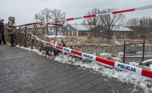Do sądu w Jeleniej Górze trafił akt oskarżenia przeciwko 28-letniemu Ukraińcowi, który w noc sylwestrową śmiertelnie potrącił dwie nastolatki. Mężczyzna był pijany. 14- i 16-latka zostały potrącone na moście, gdy szły powitać Nowy Rok. Ranna została także pasażerka auta, które po potrąceniu wpadło do rzeki. Mężczyźnie grozi do 12 lat więzienia.