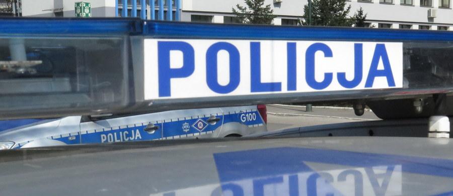 """Nożownik z Tarnowa zatrzymany przez policję. Chodzi o 22-letniego mężczyznę, który 15 czerwca ranił w szyję interweniującego funkcjonariusza. """"Na nożu, który został na miejscu zdarzenia, były ślady biologiczne"""" - powiedział reporterowi RMF MAXXX Sebastian Gleń z małopolskiej policji. W chwili zatrzymania 22-letni tarnowianin miał przy sobie trzy noże. Bandycie grozi dożywocie."""