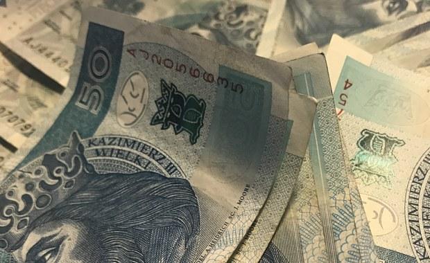 Komisja Europejska uznała, że polski podatek od sprzedaży detalicznej narusza unijne zasady pomocy państwa. Stwierdziła, że na skutek progresywnych stawek opartych na wielkości przychodów przedsiębiorstwa o niskich obrotach mają przewagę nad konkurentami.