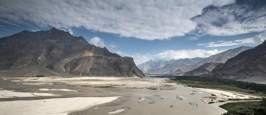 Narciarz ekstremalny Andrzej Bargiel z każdym dniem jest coraz bliżej bazy znajdującej się pod K2, czyli drugim najwyższym szczytem świata. Ekipa jeepami dojechała ze Skardu do Askole - bramy do Karakorum. Stamtąd do bazy pod K2 można dostać się tylko na własnych nogach.