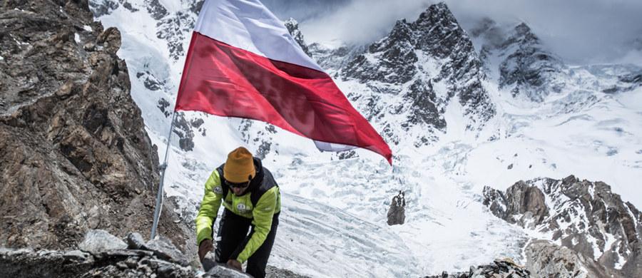 29-letni Andrzej Bargiel, narciarz ekstremalny z Zakopanego, który jako pierwszy na świecie chce zjechać na nartach z K2, dotarł właśnie do bazy pod tym drugim co do wysokości szczytem świata. Po pięciu dniach wędrówki przez lodowiec z karawaną tragarzy i jaków, którzy wynieśli ich ekwipunek, polscy himalaiści zamieścili biało-czerwona flagę, która powiewa nad bazą.