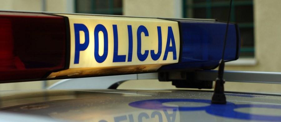 Policja i prokuratura badają okoliczności tragicznego wypadku w Dębnie (woj. wielkopolskie). 10-letni chłopiec zginął po tym, jak przewróciło się na niego plastikowe okno oparte o ogrodzenie.