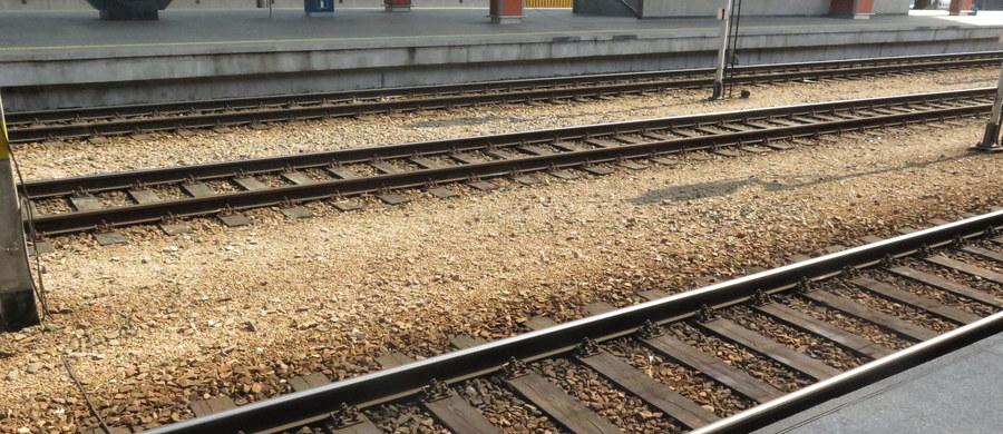 Przy torach kolejowych w Giezkowie w województwie zachodniopomorskim w godzinach popołudniowych spłonął mężczyzna - poinformowała rzeczniczka Komendy Miejskiej Policji w Koszalinie. Informację o płonącym człowieku przekazali pasażerowie pociągu. Sprawę wyjaśnia teraz policja.