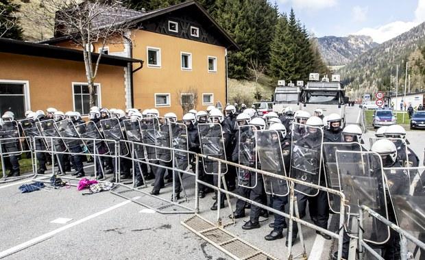 Ponad 85 tysięcy imigrantów tylko w tym roku dotarło do wybrzeży Włoch. Sąsiednia Austria obawia się, że wielu z nich będzie chciało przedostać się do ich kraju. Rząd w Wiedniu chce przywrócić kontrolę paszportową. Rozważa też wysłanie oddziałów wojskowych na przejście graniczne na przełęczy Brenner w Alpach. Żołnierze mieliby powstrzymać falę uchodźców, chcących przedostać się do Austrii. Przeciwko takiemu posunięciu protestują Włochy.