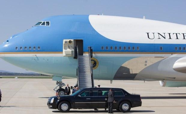 Prezydent Stanów Zjednoczonych Donald Trump w podróż do Polski wyruszył na pokładzie Air Force One, który na warszawskim lotnisku im. Chopina wylądował punktualnie o godzinie 22:15 w środę. Wcześniej prezydent USA z małżonką Melanią śmigłowcem Marine One dostali się z Białego Domu do bazy Andrews pod Waszyngtonem, gdzie przesiedli się do samolotu. Start śmigłowca w Waszyngtonie obserwował nasz amerykański korespondent Paweł Żuchowski.