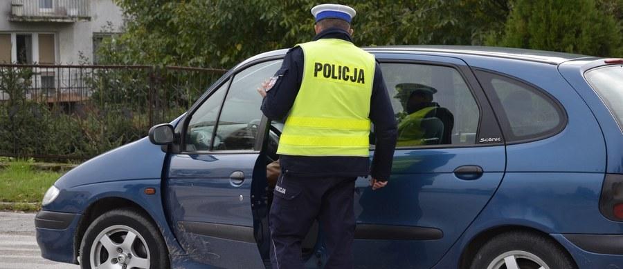 Kierowca auta osobowego został ukarany 200-złotowym mandatem za to, że przewoził autostopowicza w bagażniku swojego samochodu. Jak twierdził ukarany kierowca, chciał tylko zrobić przysługę i podwieźć dodatkowego pasażera kilkaset metrów.