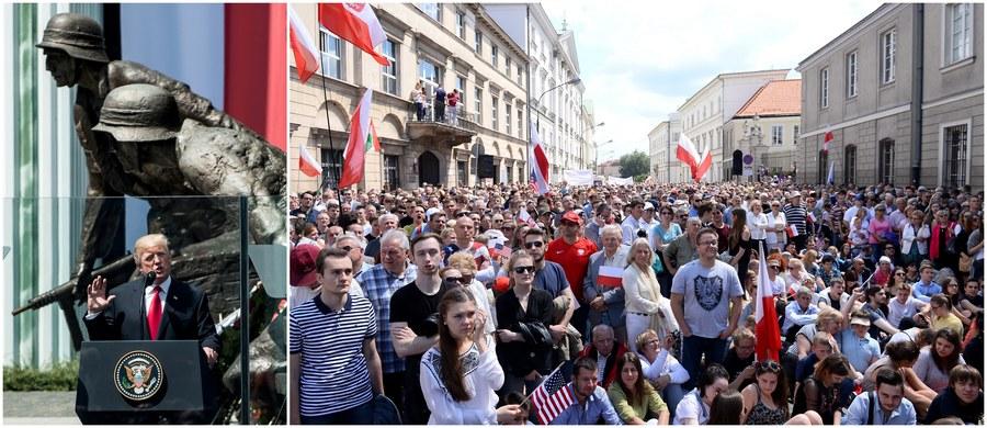 """""""Ameryka kocha Polskę. Ameryka kocha Polaków. Jesteście dumnym narodem"""" - mówił Donald Trump w przemówieniu na pl. Krasińskich w Warszawie. Prezydent USA wielokrotnie odwoływał się do polskiej historii, podkreślając, że jest to """"historia ludzi, którzy nigdy nie utracili nadziei, których nigdy nie udało się złamać"""". Najważniejsze słowa przemówienia dotyczyły jednak potwierdzenia NATO-wskiej zasady """"jeden za wszystkich, wszyscy za jednego"""". """"Trwamy stanowczo przy artykule 5 - zobowiązaniu do wzajemnej obrony"""" - podkreślił amerykański przywódca. Wszelkie wydarzenia i komentarze związane z zakończoną już wizytą Donalda Trumpa w Warszawie relacjonujemy dla Was minuta po minucie!"""