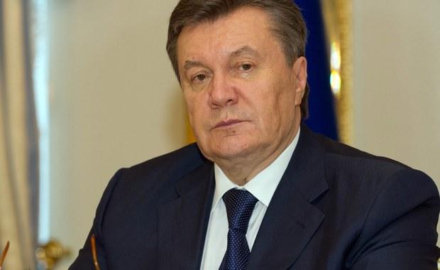 """Adwokaci ukrywającego się w Rosji byłego prezydenta Ukrainy Wiktora Janukowycza złożyli w jego imieniu w prokuraturze w Kijowie zawiadomienie o zamachu stanu, który doprowadził do """"negatywnych wydarzeń na Krymie"""" i naruszenia jedności terytorialnej państwa. """"Chodzi o umyślne, doskonale zorganizowane działania na szkodę państwa ukraińskiego, które polegały na siłowym przejęciu władzy w naszym kraju - oświadczył obrońca obalonego prezydenta Witalij Serdiuk."""