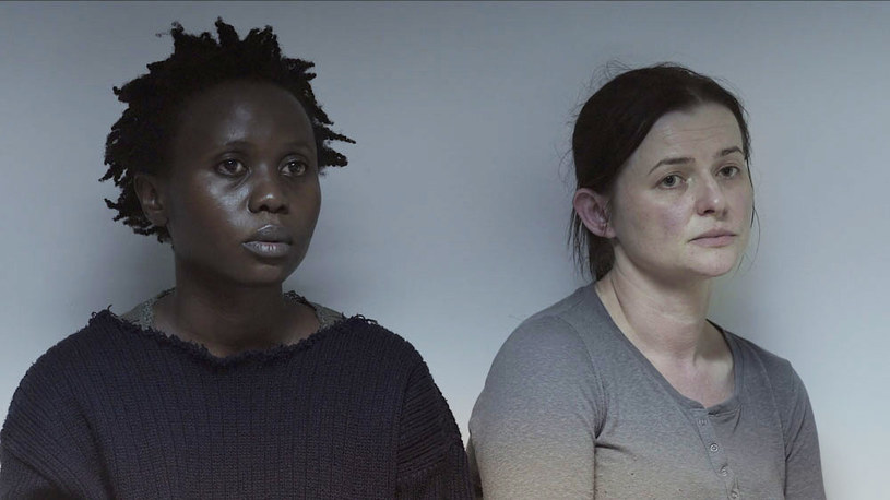 """Patrząc na filmy wyświetlane podczas 52. Festiwalu Filmowego w Karlowych Warach można dojść do wniosku, że ich temat przewodni to kryzys migracyjny oraz problem uchodźców. """"Ptaki śpiewają w Kigali"""", pokazywany w ramach Konkursu Głównego film Joanny Kos-Krauze i jej zmarłego w 2014 roku męża Krzysztofa Krauze, w pierwszej chwili wydaje się wpisywać w ten trend."""