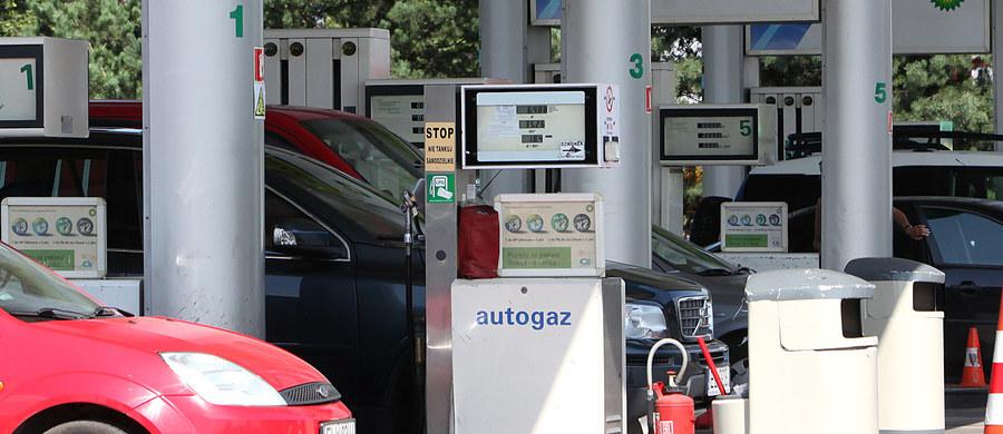 Uwaga kierowcy! Będzie nowy podatek za tankowanie samochodów. Jesienią wprowadzona zostanie Opłata Drogowa. Paliwa na stacjach mają przez to podrożeć średnio o 25 groszy za litr.