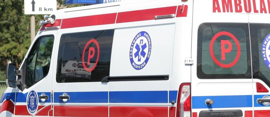 Tragiczny wypadek w Piątku Wielkim koło Kalisza w Wielkopolsce. 33–letni kierowca tira został zmiażdżony drzwiami samochodu podczas rozładunku towaru. Zmarł na miejscu.