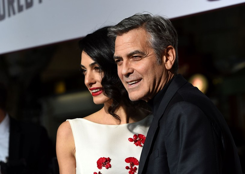 Gwiazdor Hollywood George Clooney z żoną Amal Alamuddin przylecieli ze swymi dziećmi, urodzonymi przed miesiącem bliźniętami, na urlop nad jezioro Como we Włoszech, gdzie aktor ma dom. Niemowlęta mają za sobą pierwszą podróż prywatnym samolotem.