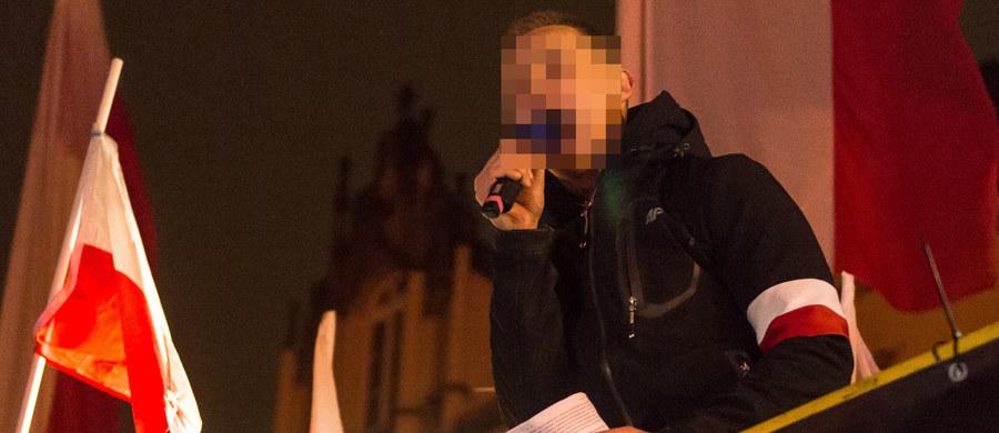 Wrocławska prokuratura oskarżyła byłego księdza Jacka M. o publiczne nawoływanie do nienawiści na tle różnic wyznaniowych i narodowościowych. Zdaniem śledczych, M. nawoływał do nienawiści wobec Żydów i Ukraińców podczas manifestacji zorganizowanej na wrocławskim rynku w 2016 roku.