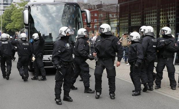 """Szef policji w Hamburgu Ralf Meyer poinformował, że sytuacja w mieście """"trochę się uspokoiła"""". Zastrzegł jednocześnie, że wieczorem władze spodziewają się kolejnej fali protestów. W mieście obraduje szczyt G20."""