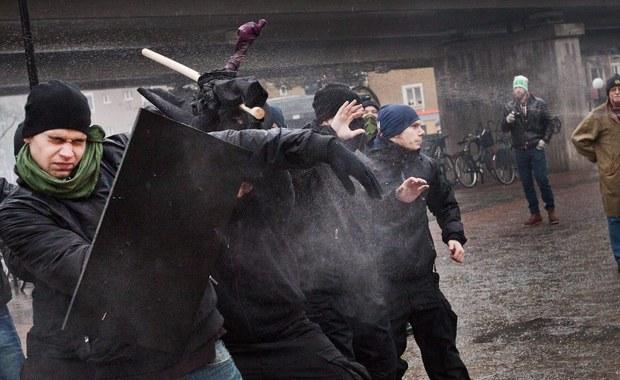Trzech szwedzkich neonazistów skazał w piątek sąd w Goeteborgu w Szwecji na kary więzienia za przeprowadzenie dwóch zamachów bombowych i próbę ataku na ośrodek dla migrantów, w którym jedna osoba została poważnie ranna.