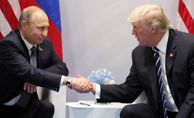 Zakończyło się pierwsze spotkanie prezydenta USA Donalda Trumpa i prezydenta Rosji Władimira Putina w Hamburgu, na marginesie szczytu G20. Trump wyraził nadzieję na pozytywny rozwój wydarzeń w relacjach między tymi dwoma krajami. Spotkanie głów obu państw trwało 2,5 godziny. W spotkaniu uczestniczyli też szefowie dyplomacji USA i Rosji, Rex Tillerson i Siergiej Ławrow.