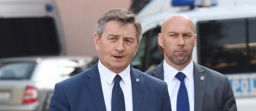 Pierwsze czytanie ustawy o wprowadzeniu nowej opłaty drogowej odbędzie w najbliższą środę. Potwierdziła to już Kancelaria Sejmu. Decyzja zapadła podczas posiedzenia Prezydium Sejmu, które zwołane było na godzinę 15:30. W porządku środowych obrad ma się także znaleźć projekt ustawy o prawie wodnym. Posłowie zagłosują również za wyrażeniem wotum nieufności wobec ministra rolnictwa Krzysztofa Jurgiela.
