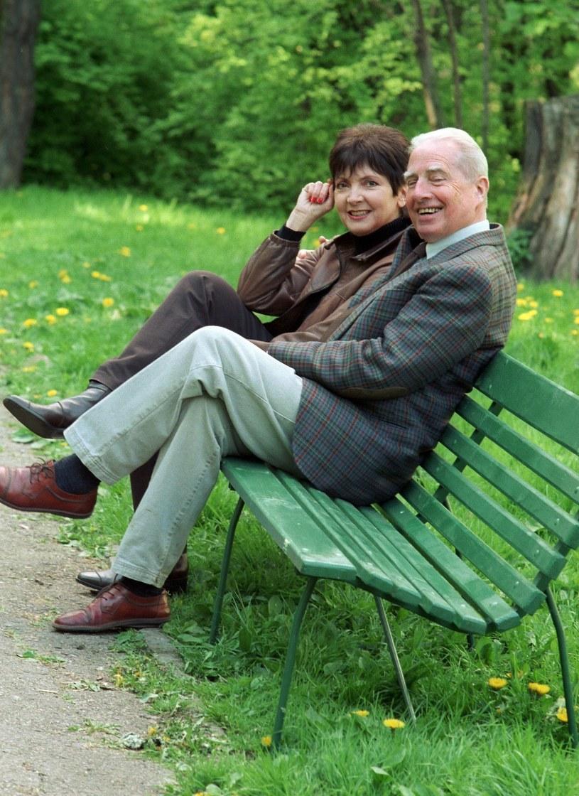 To mogło się nie udać. W końcu słynna piosenkarka oraz popularny dziennikarz i konferansjer żyli w świecie, w którym uczucia rozpalają się szybko, ale gasną jeszcze szybciej. Ich związek okazał się jednak wyjątkowo stabilny. Halina Kunicka i Lucjan Kydryński byli razem 40 lat.