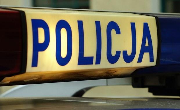 Policja z Ostrołęki interweniowała w związku z pozostawieniem dwójki dzieci w rozgrzanym aucie stojącym przy jednej z głównych ulic miasta. Dzięki reakcji przechodnia maluchom nic się nie stało.