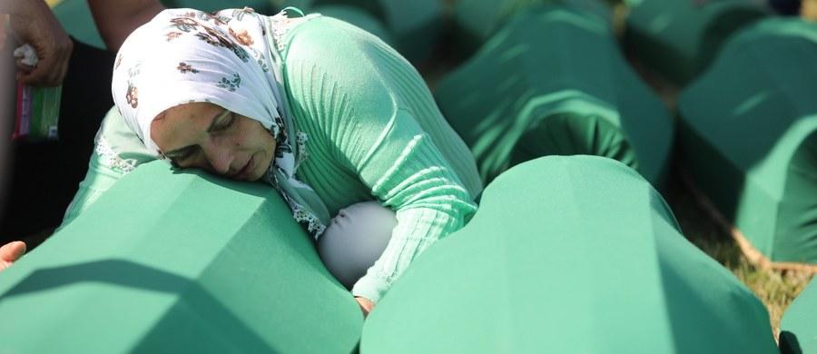 Dziesiątki tysięcy ludzi zebrały się na cmentarzu w Potoczari na wschodzie Bośni i Hercegowiny, by w 22. rocznicę masakry w Srebrenicy dokonanej przez Serbów bośniackich uczestniczyć w pochówku 71 niedawno zidentyfikowanych ofiar.