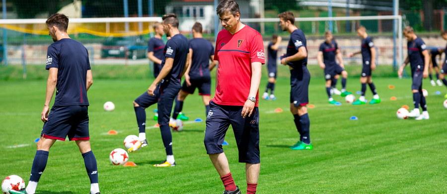 Tylko 10 drużyn występujących w Ekstraklasie rozpocznie w najbliższy weekend sezon z tymi samymi szkoleniowcami. Aż sześć zespołów po sezonie rozstało się z trenerami i zatrudniło nowych. Są powroty, są nieoczekiwane zmiany miejsc, są także wielkie niewiadome.