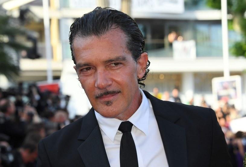 """Antonio Banderas uważa, że """"selfie to najsmutniejszy wynalazek współczesności"""". W rozmowie z włoską agencją Ansa aktor, zaproszony na festiwal filmowy na wyspę Ischia, wyznał, że po niedawnym zawale """"narodził się na nowo""""."""