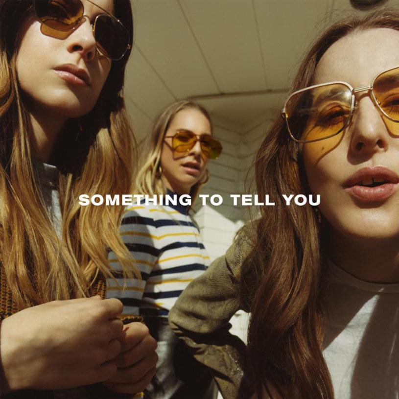 """Sytuacja nie do końca wesoła. Trochę się tutaj dzieje, ale trochę to zdecydowanie za mało jak na oczekiwania i obietnice, które siostry Este, Danielle i Alana złożyły swoim pierwszym albumem, wydanym w 2013 roku """"Days Are Gone"""". Same są sobie winne - pokazały wtedy, że stać je na szerokie spektrum brzmieniowe, niebanalne łączenie stylistyk i albumy wypełnione przebojowymi melodiami. Druga płyta, """"Something to Tell You"""", wydaje się być bardziej ugładzoną wersją brzmienia Haim, które do tej pory znaliśmy."""