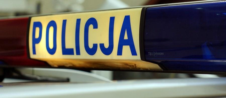 Ze złamaną ręką trafił do szpitala w Jeleniej Górze policjant, który jechał motocyklem na interwencję i został potrącony. Informację o tym zdarzeniu dostaliśmy na Gorącą Linię RMF FM.