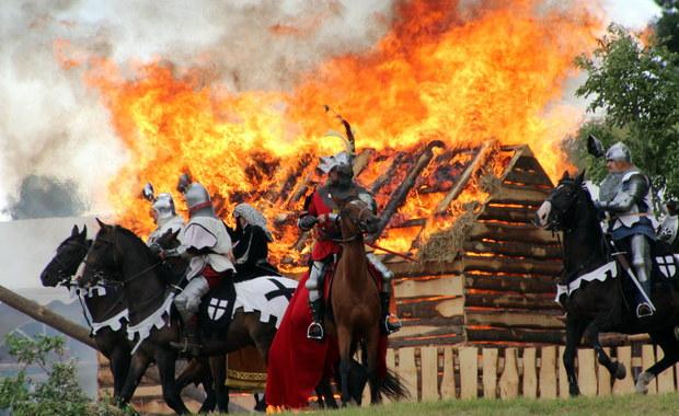 Na Polach Grunwaldzkich wojska polsko-litewskie pokonały armię Zakonu Krzyżackiego. W wyjątkowej inscenizacji bitwy wzięło udział ponad tysiąc rekonstruktorów z całej Europy, a ich zmagania obejrzało 75 tysięcy widzów.