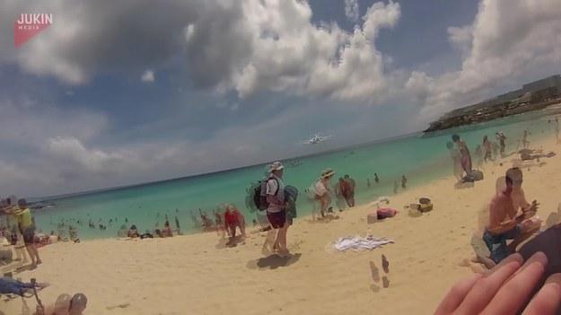Samolot startujący z pasa zrobił wrażenie na ludziach stojących na plaży.
