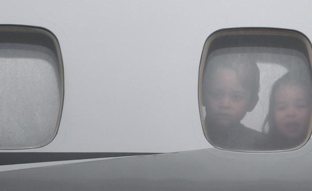 Brytyjski książę William razem z żoną, księżną Kate rozpoczęli trzydniową wizytę w Polsce. Do Warszawy przybyli wraz z dziećmi 4-letnim księciem Georgem i 2-letnią księżniczką Charlotte. Wszyscy na czas wizyty zamieszkają w Belwederze, który został przystosowany do obecności dzieci. Do dyspozycji dzieci są drewniane zabawki, m.in. samolot, wózek dla lalek i małe tipi. W ogrodach Belwederu postawiono także zjeżdżalnie.