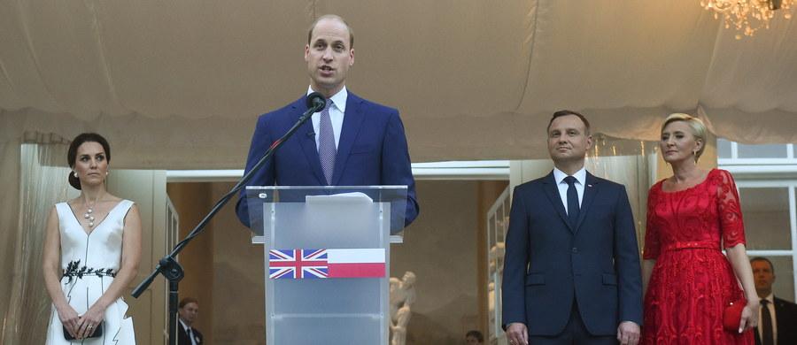"""""""Polska jest dla Wielkiej Brytanii przykładem odwagi, zdecydowania i odporności"""" - powiedział w Warszawie książę William. Mówiąc o wzajemnych relacjach podkreślał, że dzisiaj na Wyspach wychowywane są dzieci, które czują się jednocześnie Polakami i Brytyjczykami."""