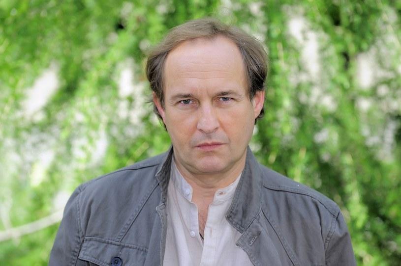 """Marek Kalita to aktor bardzo wszechstronny, podziwiany przez kolegów. Mówi, że jego największą pasją stał się teatr. Jest autorem adaptacji, reżyserem, a nawet scenografem. Niedawno widzieliśmy go w roli prymasa Wyszyńskiego w """"Zaćmie"""". Widzowie """"Na Wspólnej"""" kibicują granemu przez niego dr. Ostrowskiemu."""
