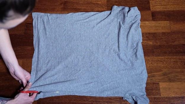 Macie w szafie ubrania, w których od dawna nie chodzicie? Znajdziecie też na pewno t-shirt, który wam się znudził. Jest na to sposób! Zobaczcie, jak za pomocą nożyczek wykonać modną koszulkę. I to zaledwie w kilka minut!   Program   Kobiece sztuczki prowadzi dla Was Agata Łęska z kanału   Malina Streetwear    Pozostałe odcinki serii znajdziecie też  TUTAJ   PREMIERA W INTERII W KAŻDĄ ŚRODĘ OD 19:00.