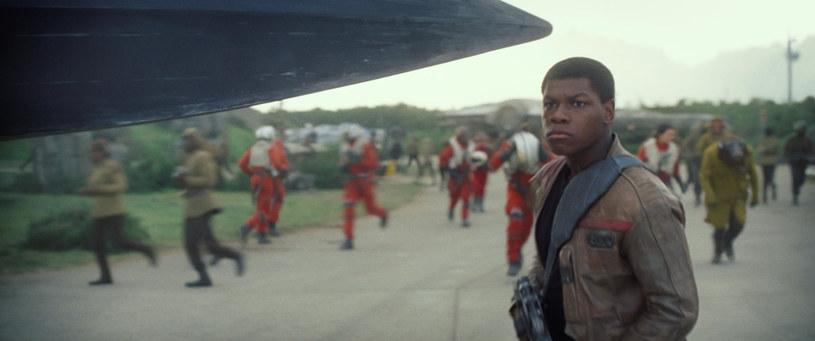 """John Boyega, młody aktor grający w nowych odsłonach gwiezdnej sagi rolę Finna, podzielił się kilkoma szczegółami dotyczącymi jego postaci. Według Boyegi, w nadchodzącej produkcji """"Gwiezdne wojny: Ostatni Jedi"""" Finn ma wybrać się na """"mroczną misję""""."""