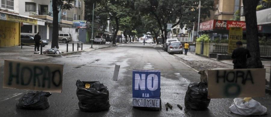 """W czwartek ruch w wenezuelskich miastach niemal zamarł. Zabarykadowane ulice, to odpowiedź opozycyjnej Koalicji na rzecz Jedności Demokratycznej (MUD) na plan prawnego usankcjonowania """"dyktatury prezydenckiej"""", jak opozycja nazywa wybory do Konstytuanty."""